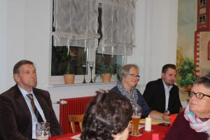 Der Vorstandstisch mit Bundestagskandidat Markus Hümpfer