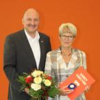Bezirksvorsitzender MdB Bernd Rützel ehrt Heidi Wright mit der Willy-Brandt-Medaille
