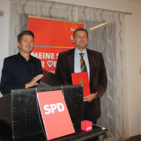 Heinz Galuschka überreicht stellvertetendem Landrat Robert Finster ein persönliches Dankeschreiben von SPD-Parteichef Sigmar Gabriel